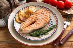 Gegrilltes Lachssteak mit Rosmarin und Kartoffeln Lizenzfreie Stockbilder