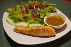 gegrilltes Lachssteak mit Salat stockfotografie
