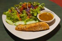 gegrilltes Lachssteak mit Salat lizenzfreies stockbild