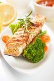 Gegrilltes Lachssteak und Gemüse lizenzfreies stockfoto