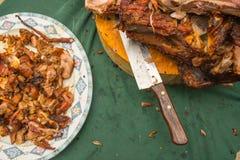 Gegrilltes Rindfleisch mit Gewürzen auf Schneidebrett und Teller Stockbild
