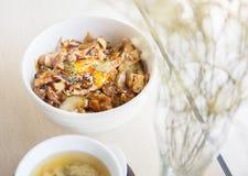 Gegrilltes Rindfleisch mit japanischem Bestandteil auf Reis auf Tabelle mit Suppe Lizenzfreies Stockfoto