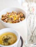 Gegrilltes Rindfleisch mit japanischem Bestandteil auf Reis auf Tabelle mit Suppe Lizenzfreie Stockfotografie