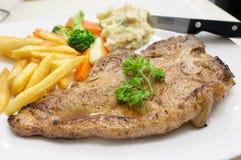 Gegrilltes Rindfleisch-Steak auf weißer Platte Stockbilder