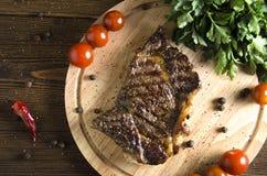 Gegrilltes Rindfleischsteak auf hölzernem Hintergrund stockfoto