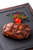 Gegrilltes Rindfleischsteak auf hölzerner Wanne Stockfotos