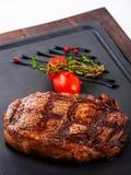 Gegrilltes Rindfleischsteak auf hölzerner Wanne Stockfotografie