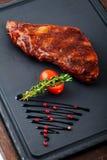Gegrilltes Rindfleischsteak auf hölzerner Wanne Stockbild