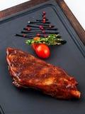 Gegrilltes Rindfleischsteak auf hölzerner Wanne Lizenzfreies Stockbild