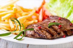 Gegrilltes Rindfleischsteak mit Pommes-Frites Stockbilder