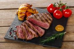 Gegrilltes Rindfleischsteak selten Stockfotografie