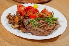 Gegrilltes Rindfleischsteak vermehrt sich, Pfeffer, Tomaten explosionsartig Stockfoto