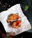 Gegrilltes saftiges Lamm mit Kreuzkümmel, Knoblauch und anderen aromatischen Gewürzen auf Weißbuch Stockfotos