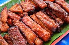 Gegrilltes Schweinefleisch auf grünem Blatt Stockfoto