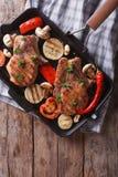 Gegrilltes Schweinefleisch mit Pilzen in einem Wannengrill Vertikale Draufsicht Stockfoto