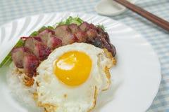 Gegrilltes Schweinefleisch mit Reis und Omelett Lizenzfreies Stockfoto