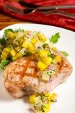 Gegrilltes Schweinefleisch mit tropischer Salsa lizenzfreie stockbilder