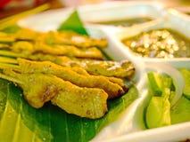 Gegrilltes Schweinefleisch Satay mit Erdnuss-Soße und Essig Stockfotos