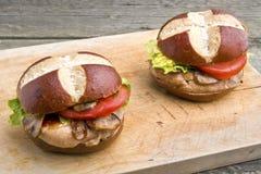 Gegrilltes Schweinefleischsteaksandwich (Burger) mit Pilzen lizenzfreie stockbilder