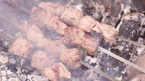 Gegrilltes shish kebab Zeitlupe die Hände eines Mannes, die shashlik auf den Aufsteckspindeln drehen Fleisch des gebratenen Rindf stock video footage