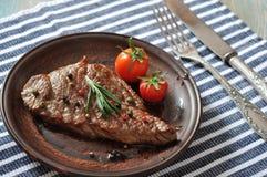 Gegrilltes Steak auf Platte Lizenzfreie Stockbilder