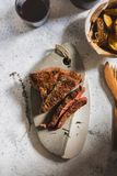 Gegrilltes Steak auf Schneidebrett Versiegelt mit einem starken Stockbilder