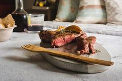 Gegrilltes Steak auf Schneidebrett Versiegelt mit einem starken Lizenzfreies Stockfoto