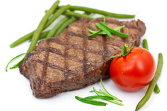 Gegrilltes Steak mit der Tomate und grünen Bohnen, getrennt Stockfotografie