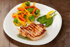 Gegrilltes Steak mit Gemüse Lizenzfreie Stockbilder