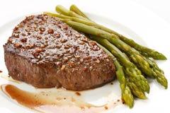 Gegrilltes Steak mit grünem Spargel lizenzfreie stockfotos