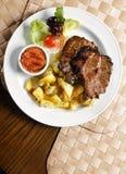 Gegrilltes Steak mit Kartoffelchips Stockbilder