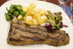 Gegrilltes Steak mit Kartoffeln und Paprikapfeffern Stockbilder