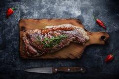 Gegrilltes Steakfleisch mit roten Pfeffern auf Tafelhintergrund Lizenzfreie Stockfotos