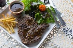 Gegrilltes T-Bone-Steak mit den Franzosen gebraten Lizenzfreies Stockbild