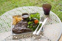 Gegrilltes T-Bone-Steak mit den Franzosen gebraten Stockfotos