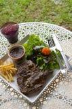 Gegrilltes T-Bone-Steak mit den Franzosen gebraten Lizenzfreie Stockfotografie