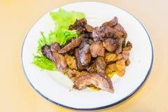 Gegrilltes thailändisches ` s Rindfleisch, das auf verziertem Teller geschnitten wurde, nannte schreienden Tiger Lizenzfreies Stockbild