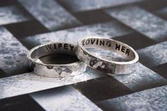 Gehämmerte Ringe auf schwarzem Desiger-Hintergrund Stockfotos
