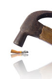 Gehämmerte Zigarette getrennt auf Weiß. Lizenzfreie Stockfotografie