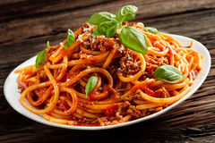 Gehäufte Platte von italienischen Spaghettis Bolognaise Lizenzfreie Stockbilder