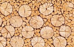 Gehackt hinunter das Holz freundlich gestapelt lizenzfreie stockbilder