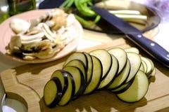 Gehackte Aubergine und Pilze lizenzfreies stockfoto