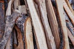 Gehackte, geschnittene Brennholzstücke lizenzfreie stockfotos