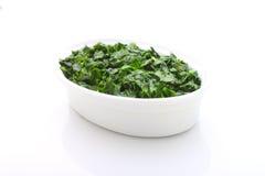Gehackte Grüns in einer weißen Schüssel Lizenzfreies Stockfoto