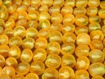Gehackte organische gelbe Tomaten bereit zum Trocknen, abstrakter Hintergrund Stockfoto