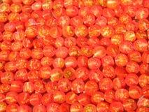 Gehackte organische rote Tomaten bereit zum Trocknen, abstrakter Hintergrund Stockfoto