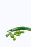 Gehackte Paprikas auf weißem Hintergrund. Seitenansicht Stockfotografie