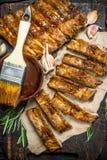Gehackte Rippen grillten mit einer Soße lizenzfreie stockfotos