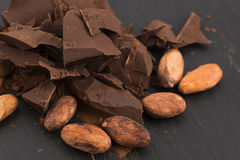 Gehackte Schokolade mit Kakao stockfoto