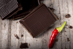 Gehackte Schokolade mit rote Paprika-Pfeffer Lizenzfreies Stockfoto